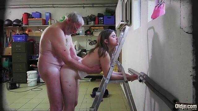 ロシアの友人は、カフェで一つをカット 熟 女 動画
